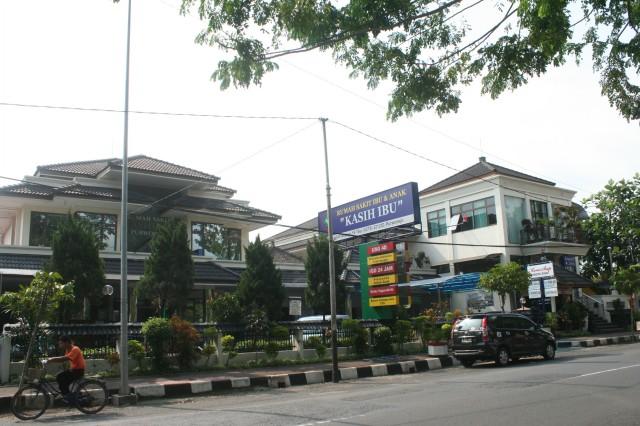 Gedung dari seberang jalan